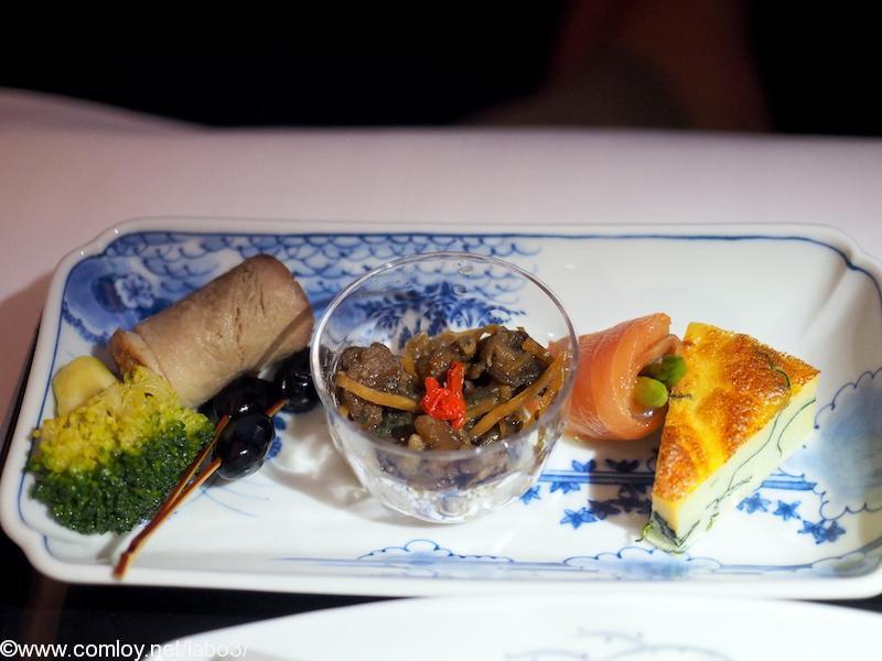 全日空 NH850 バンコク – 羽田 機内食 前菜 牡蠣時雨煮 アスパラガススモークサーモン巻き 合鴨煮 ほうれん草玉子