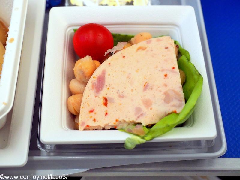 全日空 NH842 シンガポール - 成田 プレミアムエコノミークラス機内食 前菜 ヒヨコ豆とミントのサラダ チキンリオナ レタス チェリートマト