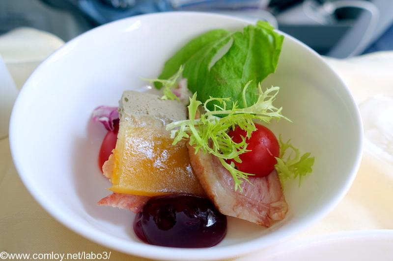 チャイナエアライン CI835 台北 - バンコク ビジネスクラス機内食 Starter Smoked duck, pear and pistachio liver terrine tomato, lettuce