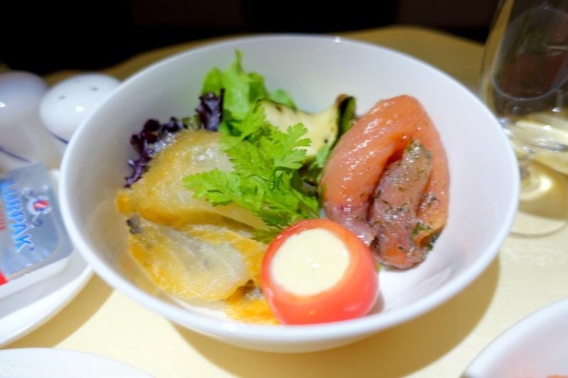 チャイナエアライン CI836 バンコク - 台北 ビジネスクラス機内食 Starter Smoked halibut and marinated salmon frilled zucchini, eggplant, mixed salad, French dressing