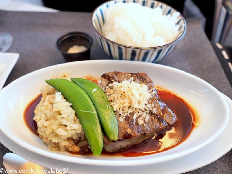 日本航空 JL31 羽田 - バンコク ビジネスクラス機内食 メインディッシュ アスパラガスのリゾットと和牛サーロインのステーキ