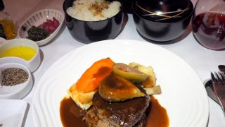 全日空 NH807 成田 - バンコク ビジネスクラス機内食 メインディッシュ 牛フィレ肉のステーキ 秋田県にかほ市産いちじくのローストとポテトのグラタンを添えて ほかほかご飯も一緒に。