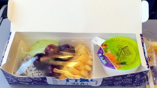 タイ国際航空 TG226 プーケット - バンコク エコノミークラス機内食 フルーツプレート、オレンジジュース