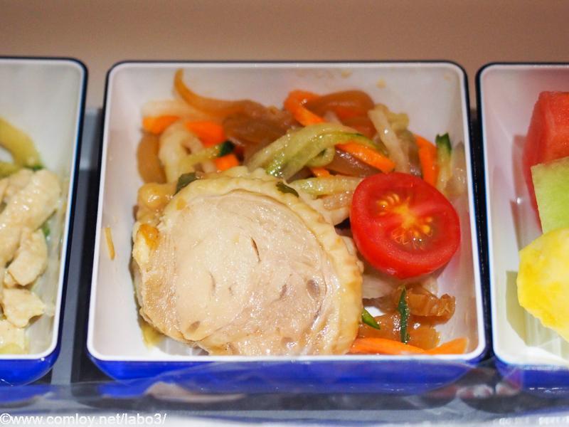 全日空 NH854 台北 - 羽田 エコノミークラス機内食 前菜 くらげと野菜のサラダロール タイ風チキンロール チェリートマト