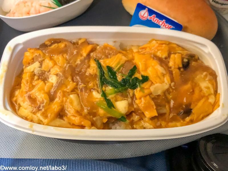 デルタ航空 DL180 成田 - ホノルル エコノミークラス 機内食 メイン 豚カツ丼 椎茸と玉葱、エッグソースを添えたご飯