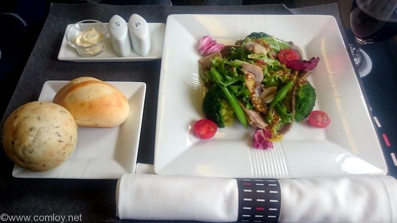 日本航空 JL31 羽田-バンコク ビジネスクラス機内食 オードブル  牛タンの塩漬けハム  マスタードソースのサラダ メゾンカイザー特製パン プチナチュールとハーブのプチパン
