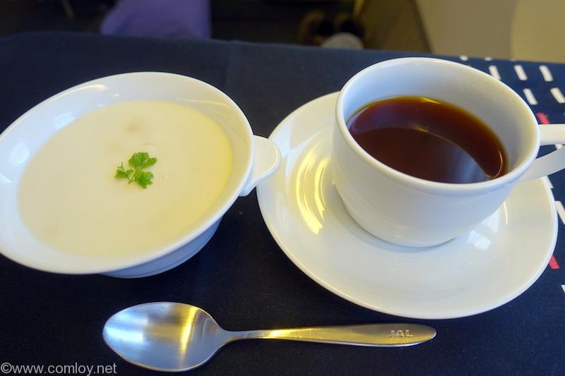 日本航空 JL31 羽田-バンコク ビジネスクラス機内食 デザート ミカフェートのアイスコーヒーゼリーとココナッツ風味のミルクムース