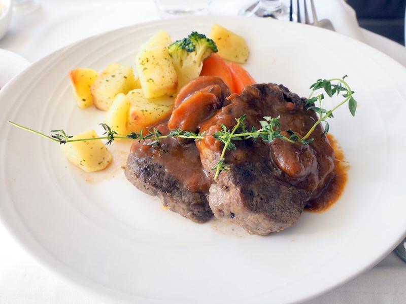 マレーシア航空 MH89 成田 -クアラルンプール ビジネスクラス機内食 MAIN COURSE  FILLET OF BEEF WITH CHASSEUR SAUCE Roasted potato and seasonal vegetables