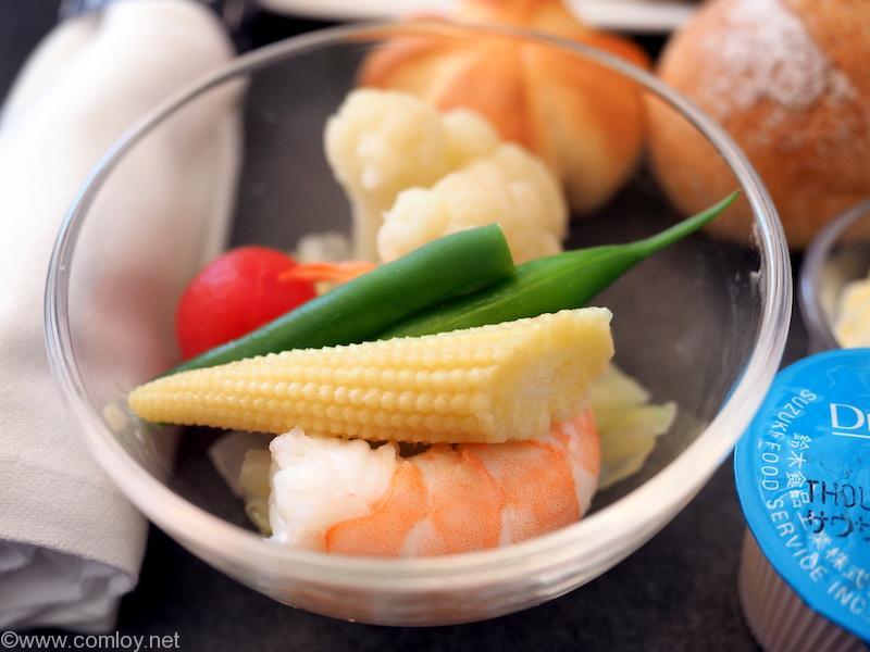 日本航空 JL29 羽田 - 香港 JAL SKY SUITEIIIビジネスクラス機内食 海老と温野菜のサラダ サウザンアイランドドレッシング