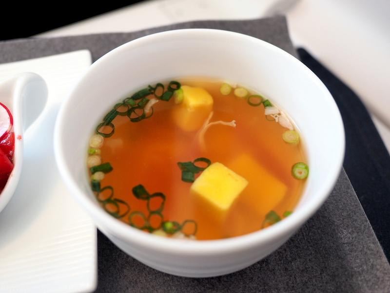日本航空 JL29 羽田 - 香港 JAL SKY SUITEIIIビジネスクラス機内食 栗麸と生ハムのコンソメスープ