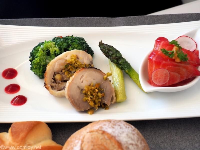 日本航空 JL29 羽田 - 香港 JAL SKY SUITEIIIビジネスクラス機内食 前菜 鶏肉のガランティーヌ フランポワーズソース サーモンのビーツマリネ