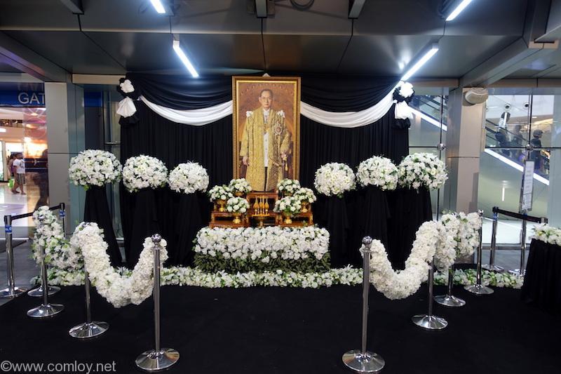 Terminal21入口に飾られた国王様追悼の祭壇
