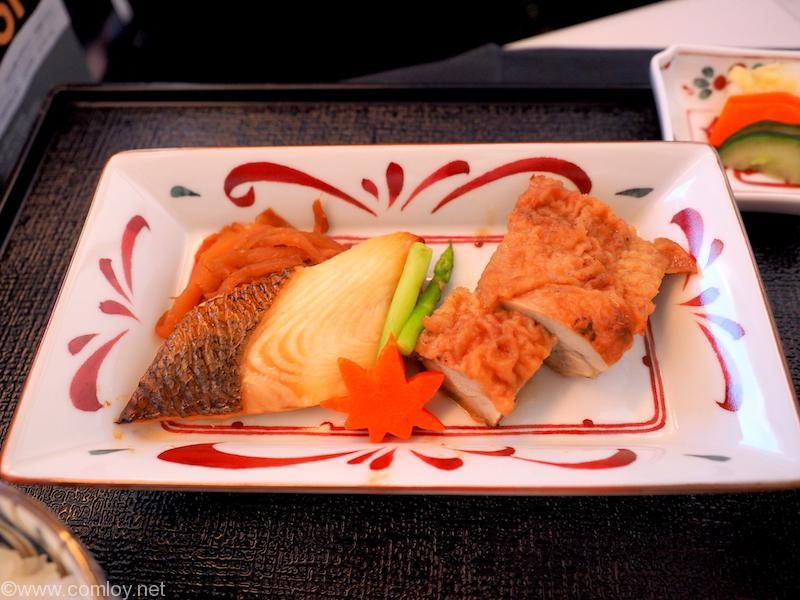日本航空 JL32 バンコク ー 羽田 ビジネスクラス機内食 鰈若さ焼きと鶏もも肉山椒焼き