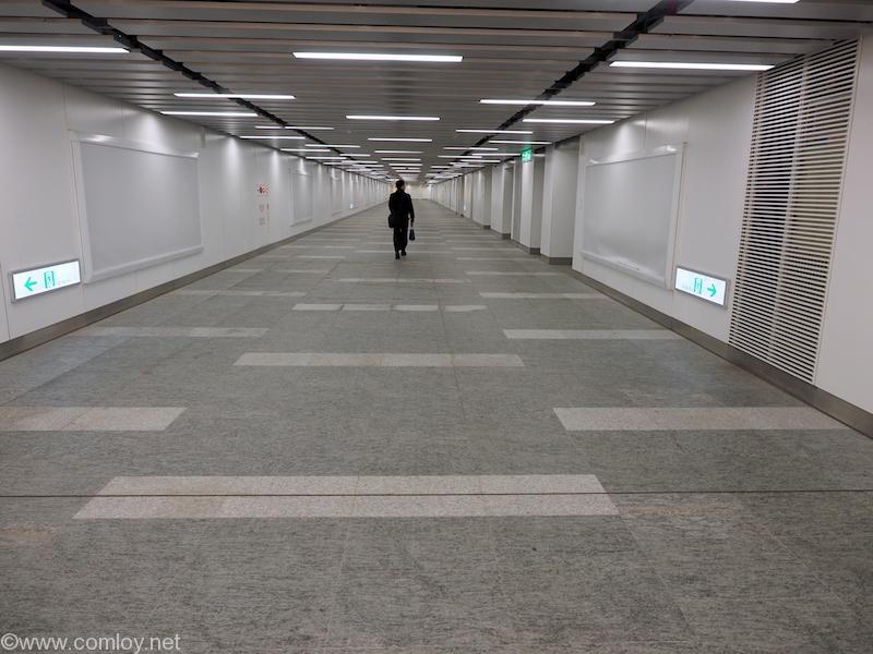 台北駅から桃園空港行きMRT駅まで歩く