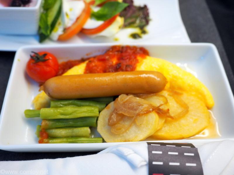 日本航空 JL34 バンコク - 羽田 ビジネスクラス機内食 メインディッシュ オムレツ トマトコンカッセソース添え