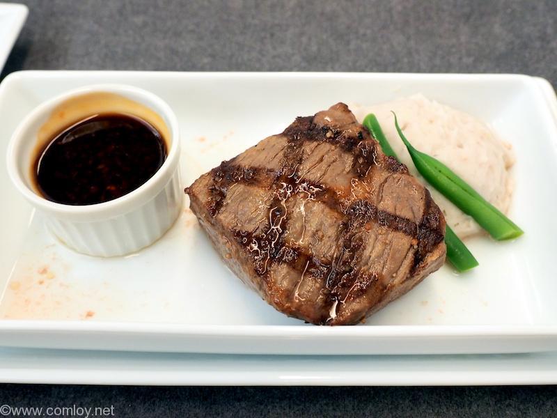 日本航空JL707 成田 - バンコク ビジネスクラス 機内食 メインディッシュ 和牛サーロインステーキ グリーンペッパーソース